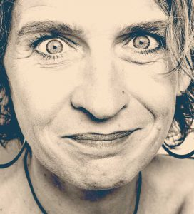 Les Mots Tissés. Photo de Karine Mazel avec un grand sourire et de grands yeux